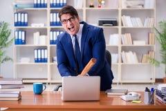 L'uomo d'affari aggressivo arrabbiato nell'ufficio fotografie stock