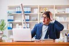 L'uomo d'affari aggressivo arrabbiato nell'ufficio fotografia stock