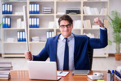 L'uomo d'affari aggressivo arrabbiato nell'ufficio immagini stock