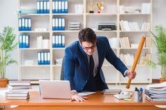 L'uomo d'affari aggressivo arrabbiato nell'ufficio immagine stock
