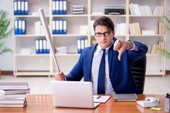 L'uomo d'affari aggressivo arrabbiato nell'ufficio fotografie stock libere da diritti