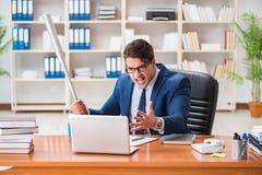 L'uomo d'affari aggressivo arrabbiato nell'ufficio immagini stock libere da diritti