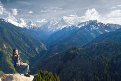 L'uomo d'affari alla cima della montagna è parlare nuovo Immagini Stock Libere da Diritti