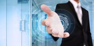 L'uomo d'affari allunga fuori la mano, con la tecnologia dell'interfaccia digitale, con il fondo moderno interno dell'ufficio Fotografia Stock Libera da Diritti