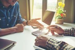 L'uomo d'affari analizza il concetto, giovane squadra dei direttori aziendali che lavora il nuovo progetto della partenza immagini stock libere da diritti