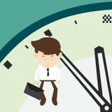 L'uomo d'affari appende su una freccia dei minuti dell'orologio finali Immagini Stock