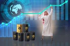 L'uomo d'affari arabo nel concetto di affari di prezzo del petrolio Fotografia Stock