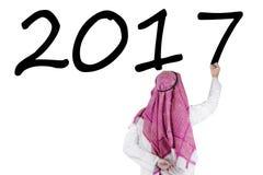 L'uomo d'affari arabo scrive il numero 2017 Fotografia Stock