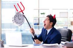 L'uomo d'affari arrabbiato del diavolo nell'ufficio immagine stock libera da diritti