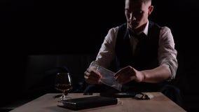 L'uomo d'affari arrabbiato e frustrato si tira sulle sue maniche e linee di fabbricazione di cocaina con una carta di credito archivi video