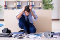 L'uomo d'affari arrabbiato frustrato con troppo lavoro Immagine Stock