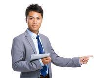 L'uomo d'affari asiatico con la compressa ed il dito indicano da parte Fotografia Stock Libera da Diritti