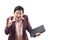 L'uomo d'affari asiatico con la parte anteriore del dito del fronte e dice SÌ su bianco immagini stock libere da diritti