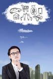 L'uomo d'affari asiatico immagina il suo desiderio immagine stock