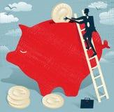 L'uomo d'affari astratto risparmia i soldi in porcellino salvadanaio. Fotografie Stock Libere da Diritti