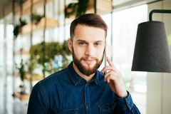 Abbigliamento Ufficio Uomo : L uomo d affari bello nell abbigliamento casual sta parlando sul