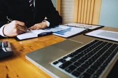L'uomo d'affari calcola i dati finanziari che analizza il conteggio Affare immagine stock