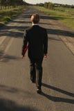 L'uomo d'affari cammina con l'archivio rosso Immagini Stock Libere da Diritti