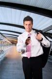 L'uomo d'affari cammina su un corridoio moderno Fotografia Stock Libera da Diritti