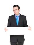 L'uomo d'affari caucasico con vuoto, soppressione la scheda bianca. Fotografia Stock