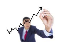 L'uomo d'affari cercano e la crescita della barra del grafico di scrittura Fotografia Stock Libera da Diritti