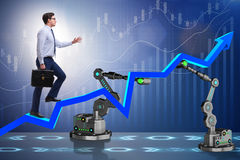 L'uomo d'affari che cammina sul grafico di sostegno dal braccio robot Fotografia Stock Libera da Diritti