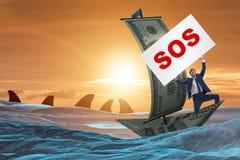 L'uomo d'affari che chiede l'aiuto con il messaggio di SOS sulla barca immagini stock libere da diritti