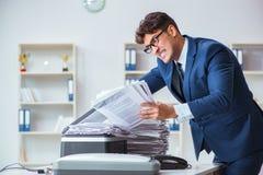 L'uomo d'affari che fa le copie in pantografo Fotografie Stock