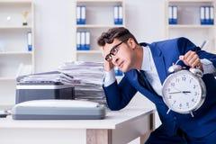 L'uomo d'affari che fa le copie in pantografo Immagine Stock