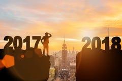 L'uomo d'affari che guarda dal 2017 in avanti a 2018 Immagini Stock Libere da Diritti