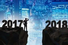 L'uomo d'affari che guarda dal 2017 in avanti a 2018 Fotografie Stock