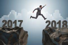 L'uomo d'affari che guarda dal 2017 in avanti a 2018 Immagine Stock