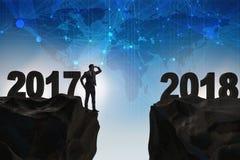 L'uomo d'affari che guarda dal 2017 in avanti a 2018 Fotografia Stock