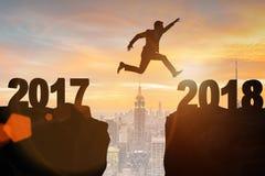 L'uomo d'affari che guarda dal 2017 in avanti a 2018 Fotografie Stock Libere da Diritti