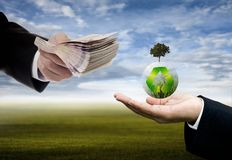 L'uomo d'affari che investe dentro ricicla l'innovazione, Sustanable immagini stock