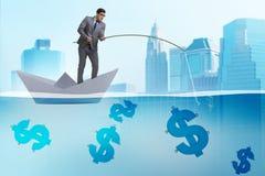 L'uomo d'affari che pesca i soldi dei dollari dalla nave di carta della barca royalty illustrazione gratis