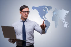 L'uomo d'affari che preme i bottoni virtuali nel concetto di affari globali Fotografie Stock