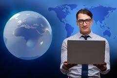 L'uomo d'affari che preme i bottoni virtuali nel concetto di affari globali Fotografie Stock Libere da Diritti
