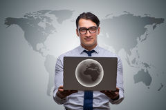 L'uomo d'affari che preme i bottoni virtuali nel concetto di affari globali Fotografia Stock Libera da Diritti