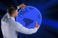 L'uomo d'affari che preme i bottoni virtuali nel concetto di affari globali Immagini Stock Libere da Diritti