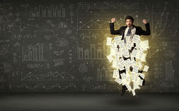 L'uomo d'affari che salta con la nuvola del documento cartaceo Immagine Stock