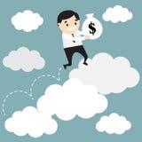 L'uomo d'affari che salta sul grafico crescente della nuvola e che tiene la borsa con Immagine Stock Libera da Diritti