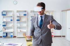 L'uomo d'affari che si esercita con i vetri d'uso del vr dell'estensore elastico Fotografie Stock