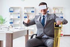 L'uomo d'affari che si esercita con i vetri d'uso del vr dell'estensore elastico Immagini Stock Libere da Diritti