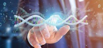 L'uomo d'affari che tiene i dati della rappresentazione 3d ha codificato il DNA con il file binario fi Immagine Stock