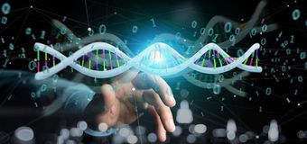 L'uomo d'affari che tiene i dati della rappresentazione 3d ha codificato il DNA con il file binario fi Fotografia Stock Libera da Diritti
