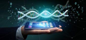L'uomo d'affari che tiene i dati della rappresentazione 3d ha codificato il DNA con il file binario fi Immagine Stock Libera da Diritti