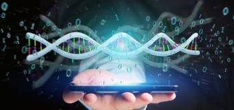 L'uomo d'affari che tiene i dati della rappresentazione 3d ha codificato il DNA con il file binario fi Immagini Stock