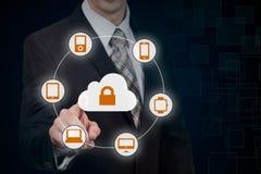 L'uomo d'affari che tocca una nuvola si è collegato a molti oggetti su uno schermo virtuale, concetto circa Internet delle cose Fotografia Stock Libera da Diritti