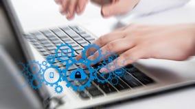 L'uomo d'affari che tocca una nuvola si è collegato a molti oggetti su uno schermo virtuale, concetto circa Internet delle cose Immagini Stock Libere da Diritti